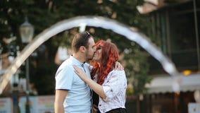 拥抱与你自己的浪漫夫妇户外 他们一起有心情消费时间 喷泉在背景 股票视频