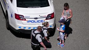 拥抱与孩子的警察顶面射击 股票录像