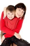 拥抱与小的子项的妈妈 免版税图库摄影