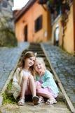 拥抱两个可爱的妹笑和 免版税库存照片