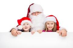 拥抱两个小孩的老经典圣诞老人。 图库摄影