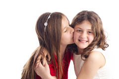 拥抱两个的姐妹亲吻和 库存照片