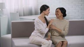 拥抱两名的妇女愉快地沟通,微笑和,在关系的信任 股票录像