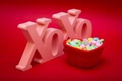 拥抱亲吻和糖果身分 免版税库存图片