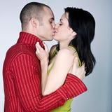 拥抱亲吻的年轻人的夫妇 图库摄影
