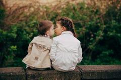 拥抱亲吻的姐妹和兄弟 免版税图库摄影