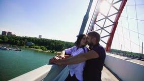 拥抱人的欧洲女孩和制定她的在他的肩膀slo mo上的头 股票录像