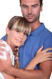 拥抱他的妻子的人 免版税库存照片