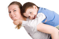 拥抱他的小母亲俏丽的儿子 免版税库存图片