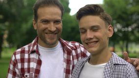 拥抱他聪明的儿子、关心和爱,愉快的父权的骄傲的父亲 股票视频