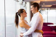 拥抱休息室的夫妇 免版税库存图片