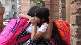 拥抱佩带的背包的女孩学生 免版税库存照片