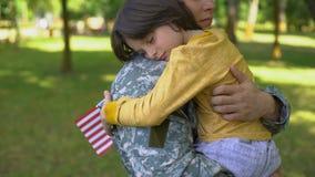 拥抱儿子的年轻战士在离开军队的前,家庭连接父母爱 股票录像