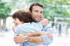 拥抱儿子的父亲 免版税库存照片