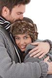 拥抱充满爱的愉快的夫妇 免版税库存照片