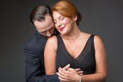 拥抱充满爱的热情的已婚夫妇 免版税库存图片