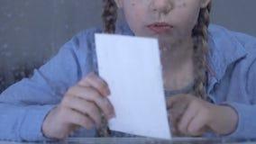 拥抱全家福,孤儿儿童缺掉父母的哀伤的女孩在孤儿院 影视素材