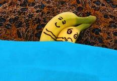 拥抱其中每一在床上的香蕉 免版税图库摄影