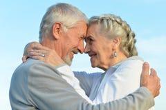 拥抱前辈的夫妇 免版税图库摄影