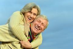 拥抱前辈的夫妇 图库摄影