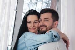 拥抱和亲吻在卧室的一对愉快的夫妇的特写镜头 免版税库存图片