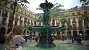 拥抱和亲吻在喷泉,蜜月附近的浪漫夫妇在西班牙,欧洲 股票视频