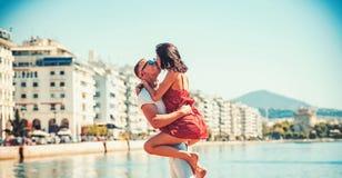 拥抱和亲吻在水的美好的有吸引力的夫妇在豪华温泉旅馆里蜜月假期在热带 免版税库存图片