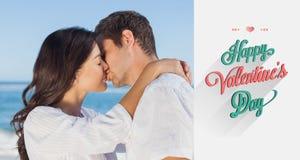 拥抱和亲吻的夫妇的综合图象在海滩 免版税图库摄影
