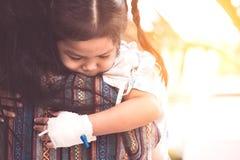 拥抱和基于她的mother& x27的病的儿童女孩; s肩膀 免版税库存照片