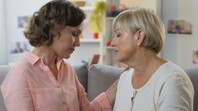 拥抱和安慰女儿的母亲,帮助克服生活困难 影视素材