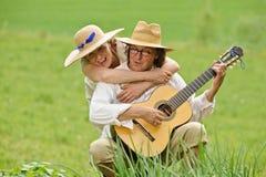 拥抱和弹吉他 免版税库存照片