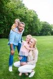 拥抱和微笑对照相机的幸福家庭,当一起时花费时间 库存照片