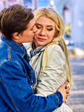 拥抱和挥动在公园的年轻夫妇 免版税图库摄影