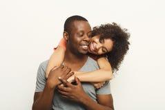 拥抱和摆在白色背景的黑夫妇 库存照片