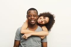 拥抱和摆在白色背景的黑夫妇 免版税库存图片
