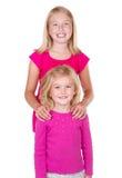 拥抱和查看彼此的姐妹 图库摄影