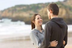 拥抱和看的十几岁愉快的夫妇  免版税库存图片