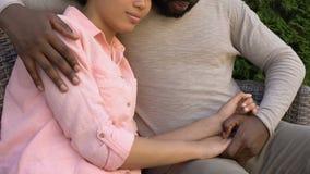 拥抱哀伤的妻子,夫妇的有同情心的丈夫坐房子,家庭支持外 股票视频