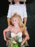 拥抱在一个木桥的一对肉欲的年轻夫妇的画象 图库摄影