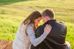 拥抱在一个码头的夫妇画象本质上支持看法 图库摄影