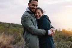 拥抱在乡下的浪漫夫妇 库存图片