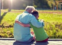 拥抱在停泊处的祖父和孙子 免版税库存照片