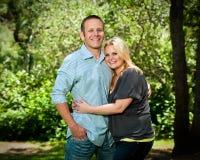 拥抱在公园的新夫妇 库存照片