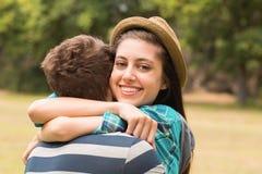 拥抱在公园的新夫妇 免版税库存照片