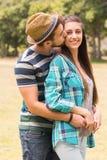 拥抱在公园的新夫妇 免版税图库摄影