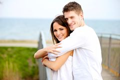 拥抱在公园的浪漫夫妇 免版税库存图片