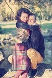 拥抱在公园的爱恋的夫妇 免版税图库摄影