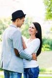 拥抱在公园的年轻美好的夫妇 库存照片