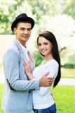 拥抱在公园的年轻美好的夫妇 免版税库存图片