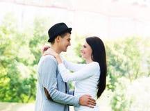 拥抱在公园的年轻美好的夫妇 免版税库存照片